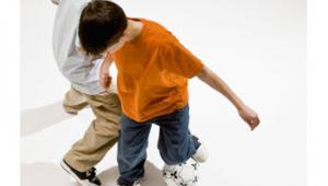รูปประกอบ เด็กผู้ชายเล่นฟุตบอล