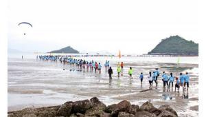 รูปประกอบ คนกำลังวิ่งในทะเล