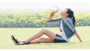 รูปประกอบ ผู้หญิงกำลังดื่มน้ำ