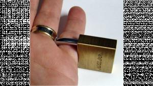 รูปประกอบเป็นรูปนิ้วที่มีกุญแจล๊อค