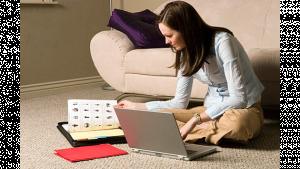 รูปประกอบเป็นรูปผู้หญิงนั่งทำงานกับโน้ตบุ๊คอยู่ที่พื้นห้อง