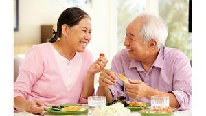 รูปผู้สูงอายุสองคนกำลังกินอาหารด้วยกัน