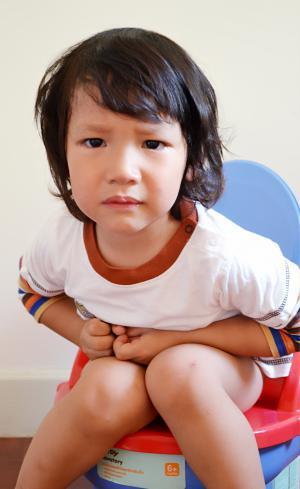 รูปเด็กนั่งถ่ายอุจจาระบนกระโถน