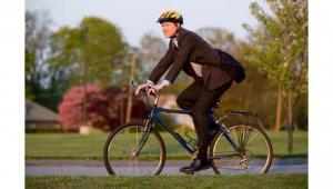 รูปประกอบ ผู้ชายปั่นจักรยาน