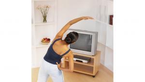 รูปคนกำลังยืนออกกำลังกายหน้าทีวี