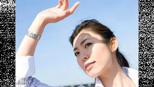 รูปผู้หญิงกำลังยกมือขึ้นบังแสงแดด