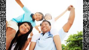 รูปประกอบเป็นรูปครอบครัวยิ้มแย้มทำกิจกรรมกลางแจ้งร่วมกัน