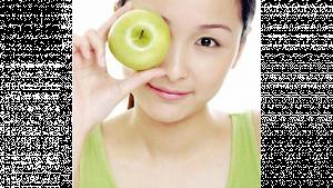 รูปผู้หญิงถือลูกแอปเปิ้ลสีเขียวมาวางไว้ที่ตาขวา