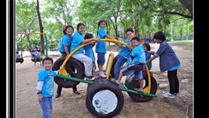 รูปประกอบเป็นรูปกลุ่มเด็กเล่นเครื่องเล่นในสนามเด็กเล่น