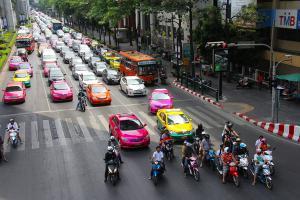 """""""ปัญหาแท็กซี่"""" สู่วิจัยเพื่อพัฒนา: จากคุณภาพชีวิต สู่ประสิทธิภาพขนส่งสาธารณะ"""