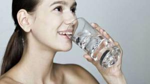 รูปผู้หญิงกำลังยกแก้วดื่มน้ำ