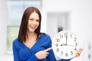 รููปประกอบ ผู้หญิงถือนาฬิกา