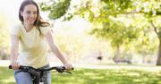 รูปประกอบ ผู็หญิงกำลังปั่นจักรยาน