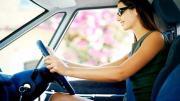 รูปผู้หญิงกำลังนั่งขับรถยนต์