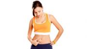 รูปผู้หญิงใส่ชุดออกกำลังกายกำลังจับเนื้อตัวเองตรงท้อง