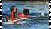รูปประกอบเป็นรูปเด็กสามคนกำลังว่ายน้ำ